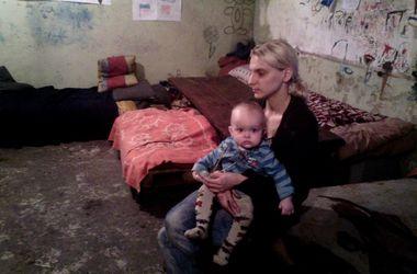 """Жители бомбоубежища в Донецке: """"Страшно, что еды детям не хватает!"""""""