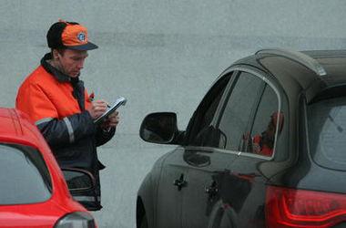Киевских водителей просят не парковаться на тротуарах и улицах возле стадиона