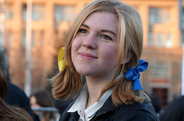 ФСБ допросила 14-летнюю школьницу за ленты цвета украинского флага в волосах