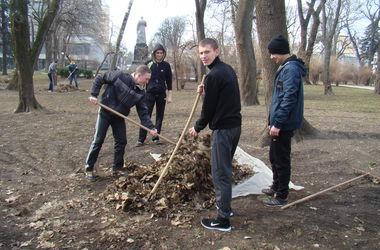 Коммунальщики убрали Мариинский парк, Хрещатый парк и Городской сад в Киеве