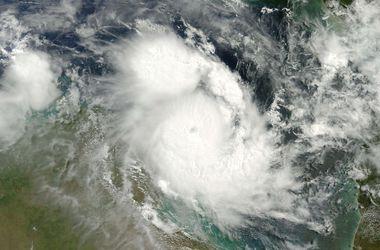 На Австралию надвигается мощный тропический циклон