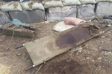 Как выглядят места боев на Донбассе: безымянные могилы и пропитанные кровью вещи