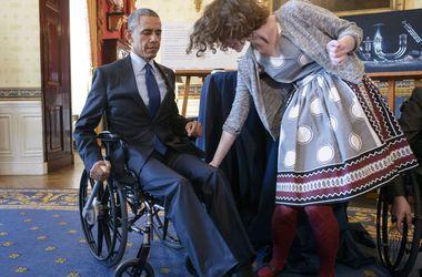 Обаму посадили в инвалидное кресло