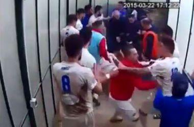Футболисты устроили массовую драку в подтрибунном помещении