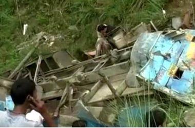 В Индии пассажирский автобус упал в ущелье, много жертв