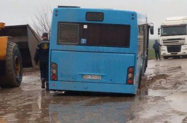 В Одесской области автобус провалился в яму