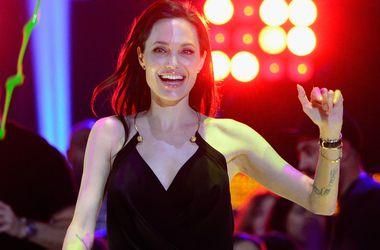 Анджелина Джоли взяла фамилию Брэда Питта