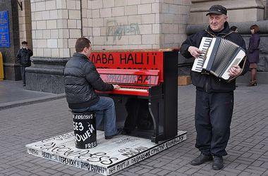 """Легендарное """"революционное"""" пианино с Майдана увезли в музей"""
