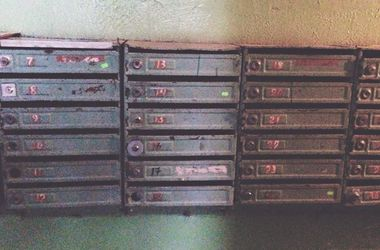 Киевляне срывают с почтовых ящиков подозрительные стикеры
