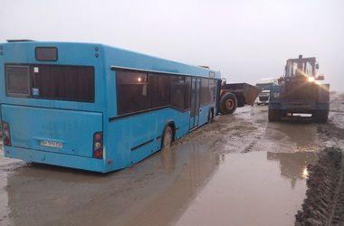 """Одесские трассы превратились в """"американские горки"""": в ямах тонут автобусы"""