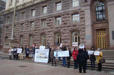 Под киевской мэрией митинговали зоозащитники: чего они требуют
