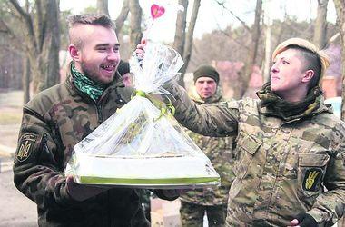 Быт на передовой: солдаты женятся, варят суп из голубей, выращивают лук и спят в дверях