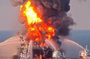 Пожар на нефтяной платформе Pemex тушат восемь специализированных судов