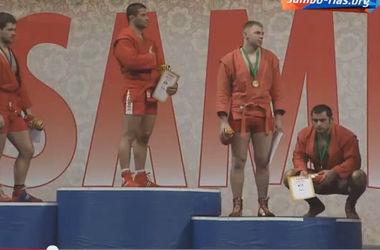 Спортсмена, севшего на корточки во время исполнения гимна, накажут