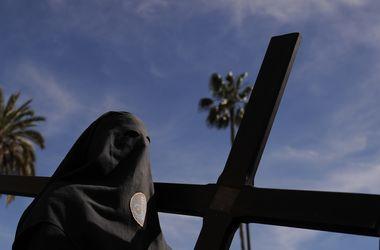 Страстная неделя: испанцы облачились в костюмы покаяния и пронесли по улицам кресты