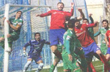 Футболист залез на штангу, чтобы спасти свои ворота