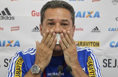 Знаменитый бразильский тренер заклеил себе рот скотчем на пресс-конференции