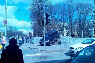 В Харькове водитель на Lexus решил срезать дорогу через сквер