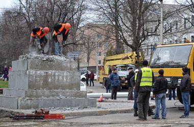 В Харькове восстанавливают взорванную россиянкой стелу с украинским флагом