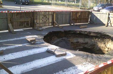 В Киеве на Голосеевской прорвал канализационный коллектор, провалился асфальт