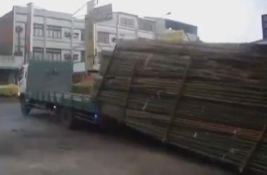 Китайцы показали как разгружают грузовики с бамбуком