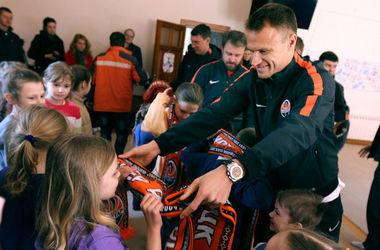 """Футболисты """"Шахтера"""" съездили к переселенцам из зоны боев"""