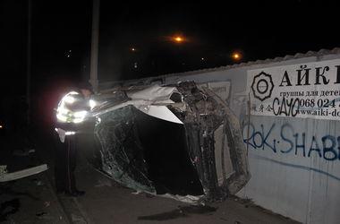 """В Киеве """"гонки"""" на проезжей части закончились тяжелой травмой пассажира авто"""