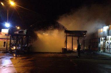 Возле метро Позняки в Киеве случился сильный пожар