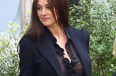 Моника Беллуччи обнажила грудь на публике