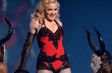 Интернет заполонили шутливые мемы, связанные с поцелуем Мадонны и Дрейка