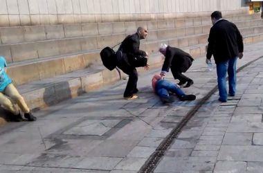 "Двое молодых киевлян съехали на спинах по стене ""Глобуса"" на Майдане (обновлено)"