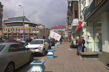 В Киеве ураганный ветер сносит рекламу и ломает деревья