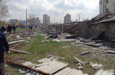 В Киеве из-за мощного ветра падают деревья и останавливаются трамваи