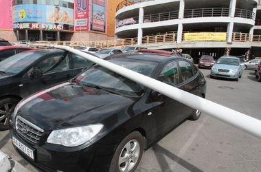 В Киеве металлический флагшток рухнул на машины из-за ветра