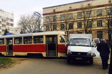 В Киеве трамвай протаранил грузовик с хлебом