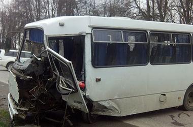 В Винницкой области рейсовый автобус столкнулся с легковушкой