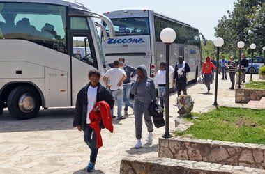 """Италия """"захлебнулась"""" от потока нелегальных мигрантов"""