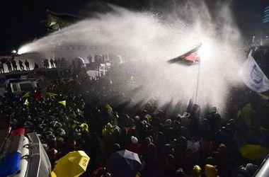 В Сеуле полиция разгоняла 10-тысячную толпу демонстрантов слезоточивым газом и брандспойтом