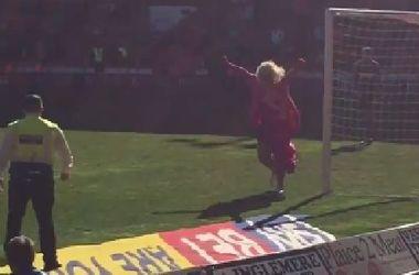 В матче чемпионата Англии на поле выбежал фанат в розовом платье и парике блондинки