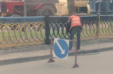В Киеве патриотический забор на бульваре Шевченко перекрасили в черный цвет