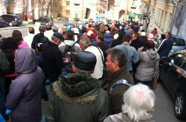Под Киеврадой проходит масштабный митинг, движение на Крещатике перекрыто
