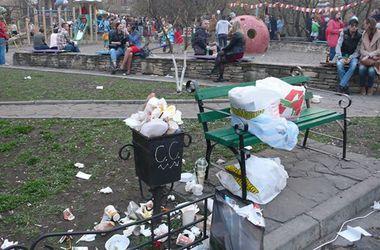 Пейзажная аллея в столице оккупирована торговцами и завалена мусором