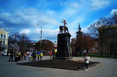 В Харькове снесли установленный активистами крест на площади Руднева