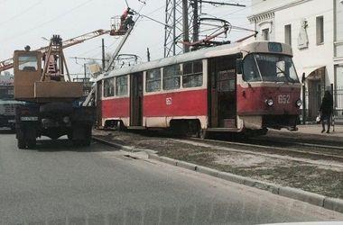 В Харькове на трамвай с людьми рухнул фонарный столб
