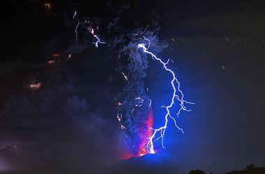 Извержение вулкана в Чили: люди в панике штурмуют магазины и жалуются на едкий запах