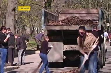 Украинцы вышли на субботник целыми семьями