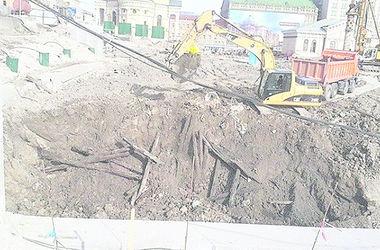 Новый скандал на раскопках на Почтовой площади: горожане заметили экскаватор, уничтожающий деревянные конструкции