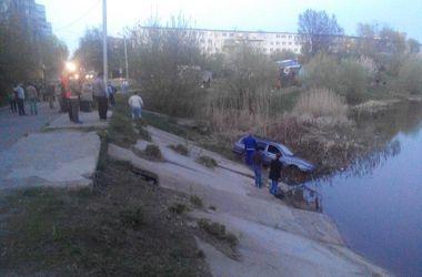 В Харькове автомобиль слетел с дороги в водоем