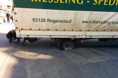 В центре Одессы грузовик провалился под асфальт