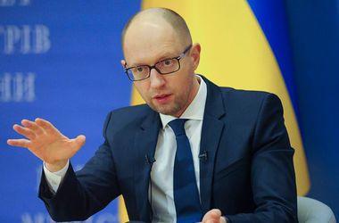 Яценюк поручил урегулировать ситуацию с выдачей биометрических паспортов
